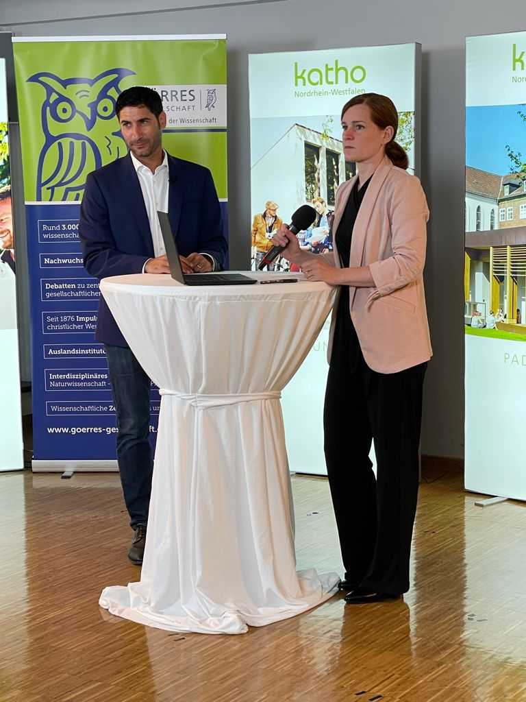 Rita Molzberger und Thomas Mikhail während der Jahrestagung 2021 der Alfred-Petzelt-Stiftung.