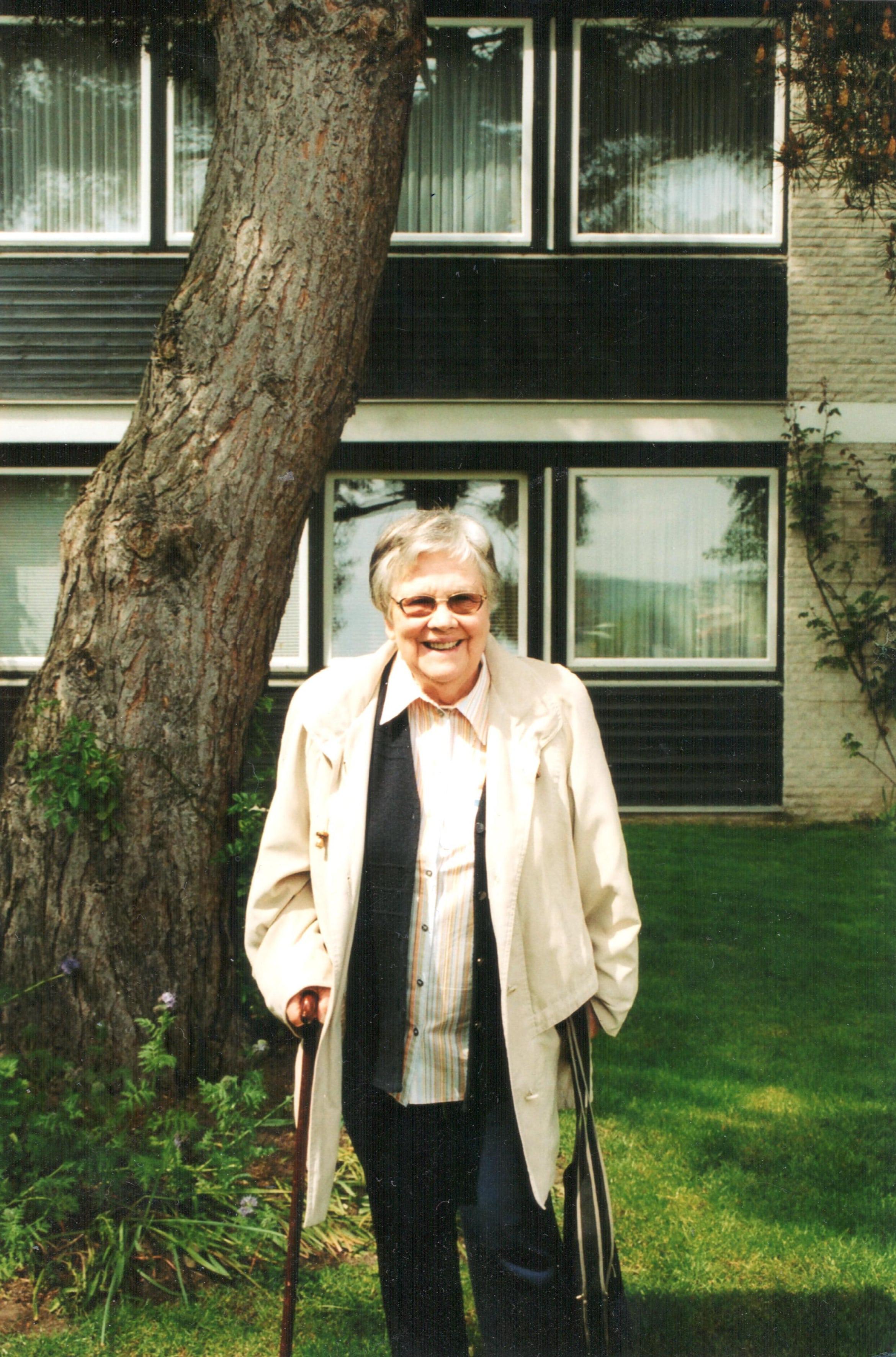Dr. Renate Winkelmann-Jahn vor ihrem Haus in Hildesheim
